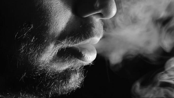 STUDIU: Utilizarea țigărilor electronice, mult mai sigură decât fumatul tradițional