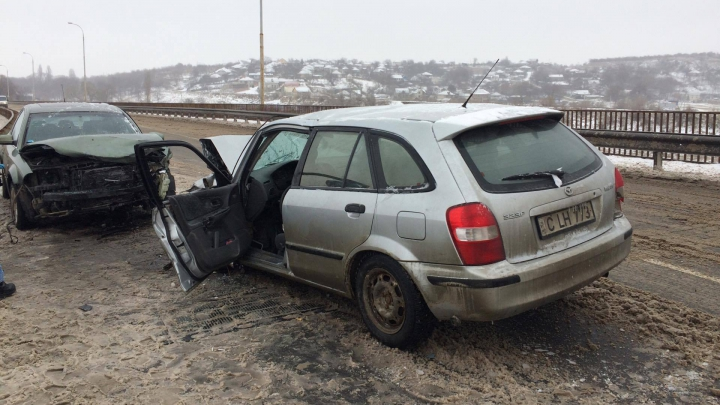CALVAR pe drumurile naţionale! Două maşini s-au ciocnit frontal pe podul de la Sângera (FOTO)