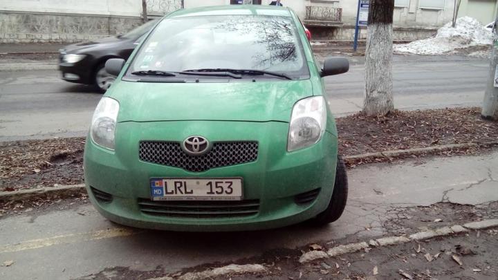 Cel mai tupeist şofer! Şi-a parcat maşina pe trotuar, forţând pietonii să meargă prin glod (FOTO)