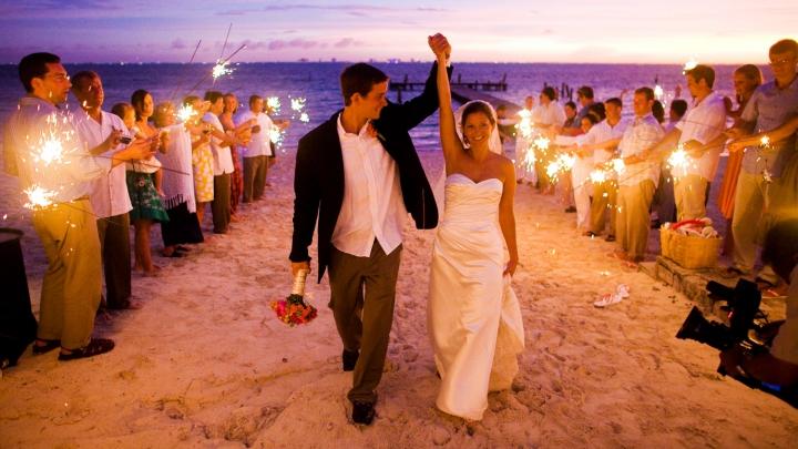 Emoţii şi iubire! 200 de perechi şi-au unit destinele pe o plajă din Mexic