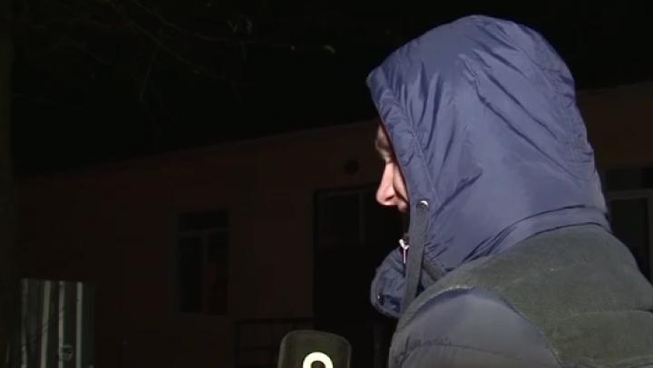 HOȚI prinși în flagrant! Doi tineri sustrăgeau fier de la poarta unui gospodar din Stăuceni (VIDEO)