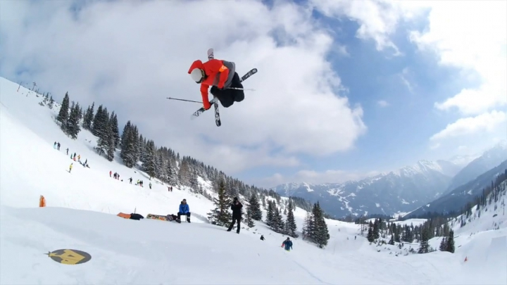 Sărituri şi acrobaţii de excepţie în cadrul Cupei Mondiale de schi freestyle