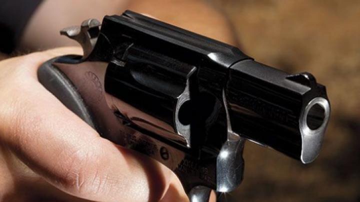 CAZ CUTRMURĂTOR! O mamă şi-a împuşcat fetiţa de doar 6 ani. Vecinii nu-şi explică gestul femeii