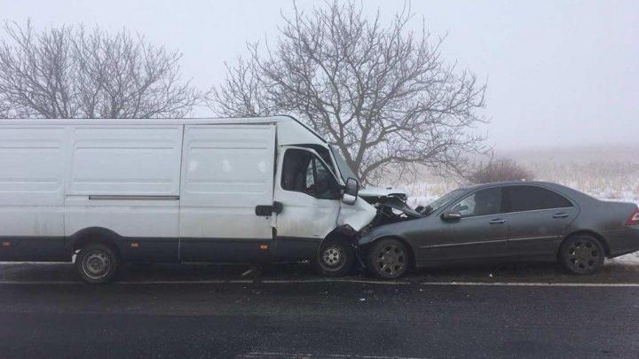 ACCIDENT GRAV pe şoseaua Leuşeni-Chișinău. Două automobile s-au ciocnit frontal