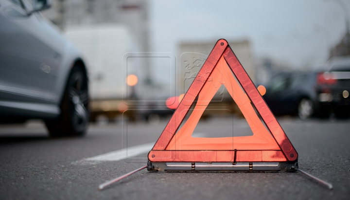 ACCIDENT CUMPLIT! Un bărbat, prins între două maşini (VIDEO 18+)