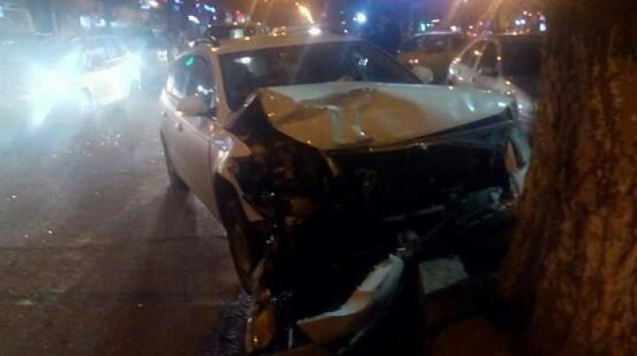 GRAV ACCIDENT în centrul Capitalei. Un bărbat a ajuns cu maşina direct într-un copac