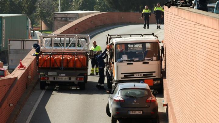 Barcelona: Un camion încărcat cu butelii de gaz, oprit cu focuri de armă