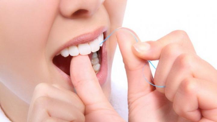 Bine de știut! Când trebuie să folosim aţa dentară. Înainte sau după periaj