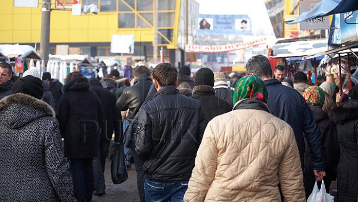 Românii îşi fac cumpărăturile pentru Crăciun în Republica Moldova. Carnea şi dulciurile, cele mai căutate