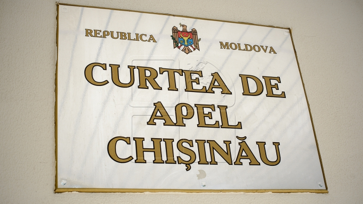 PERCHEZIŢII la Curtea de Apel şi Judecătoria Chişinău. Zece persoane au fost reținute: 5 judecători, 1 procuror, 1 avocat și alții