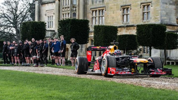 UIMITOR! Opt jucători de rugby împotriva unei mașini de Formula 1 (VIDEO)
