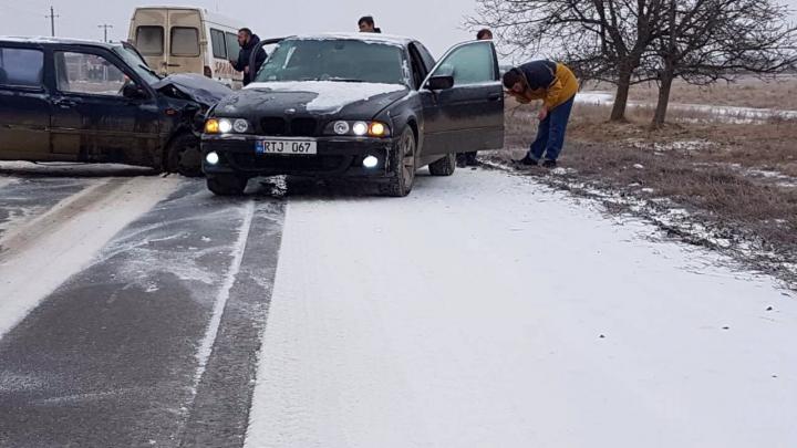 ACCIDENT GRAV la Cimişlia! Două maşini s-au ciocnit din cauza poleiului de pe carosabil (FOTO)