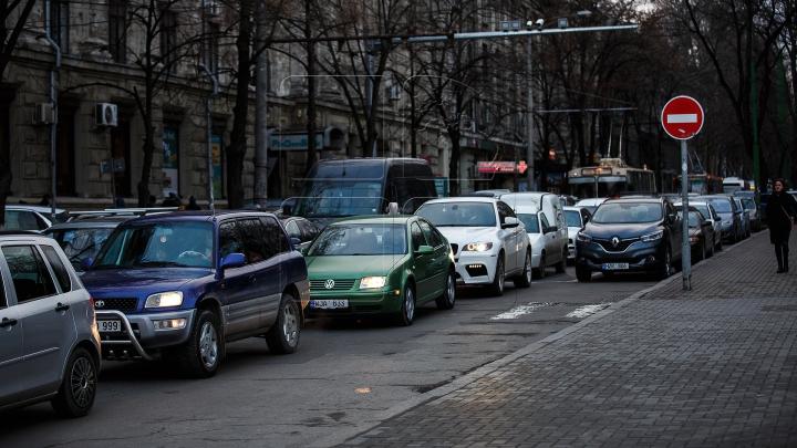 REGELE PARCĂRII! Cum şi-a lăsat maşina un conducător auto din Capitală (FOTO)