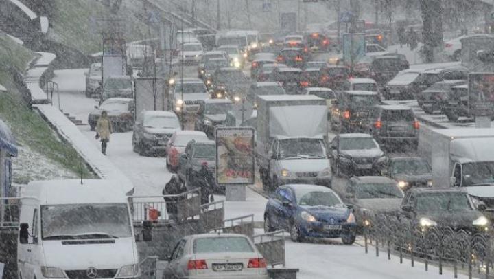 Vreme rea și ninsori puternice și în țările vecine. În județul Iași se circulă cu dificultate