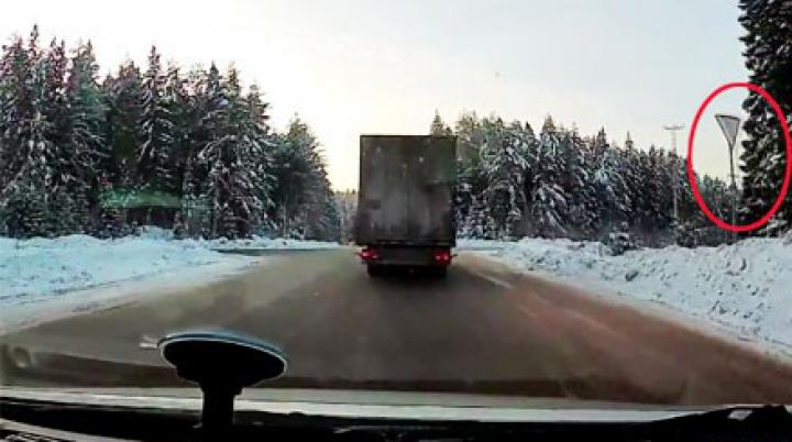 ACCIDENT GROAZNIC: Şoferul unui camion a zburat pe geam (VIDEO ŞOCANT)