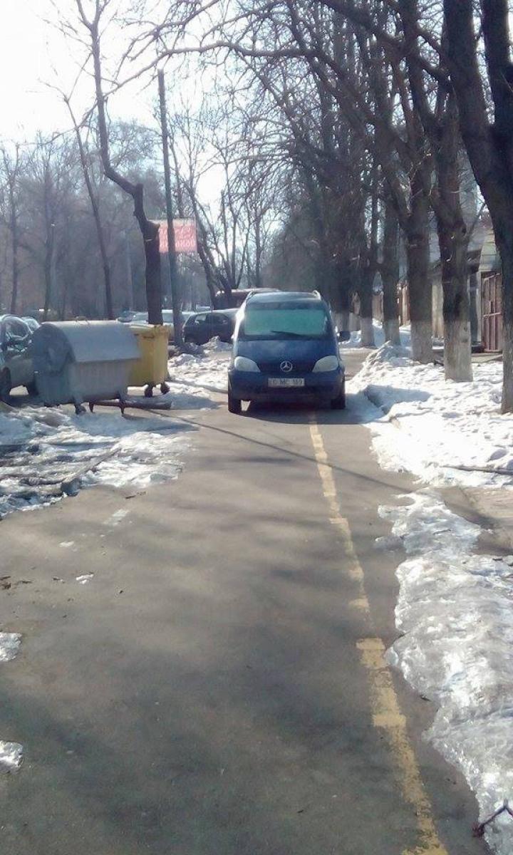 Tupeu fără margini! Un sofer şi-a parcat maşina chiar pe trotuar (FOTO)