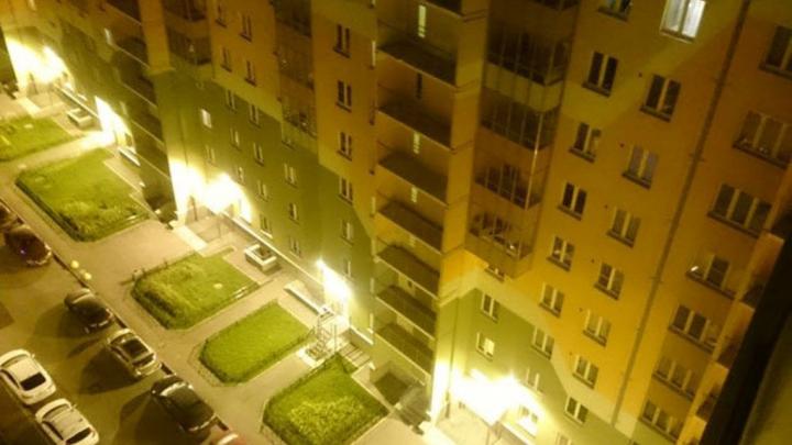 REALITATE sau PHOTOSHOP? Cum au ajuns maşinile să fie parcate în balcoane (FOTO)