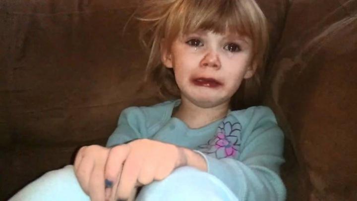 CUTREMURĂTOR! O fetiţă de 3 ani îşi mângâia mama care murise de frig în casă