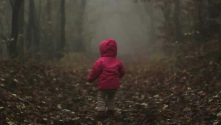 Fetiţă de doi ani, legată de un copac şi părăsită de tată într-un cimitir. Motivul este HALUCINANT
