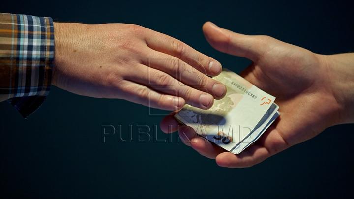 Un tânăr de la Bălţi, încătuşat de CNA. A cerut 300 de euro pentru un permis auto