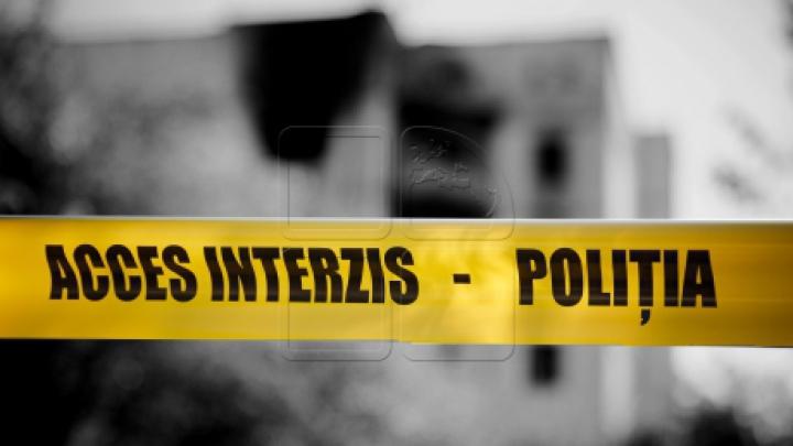 DESCOPERIRE MACABRĂ la Făleşti. Un tânăr a fost găsit ÎNJUNGHIAT în piept