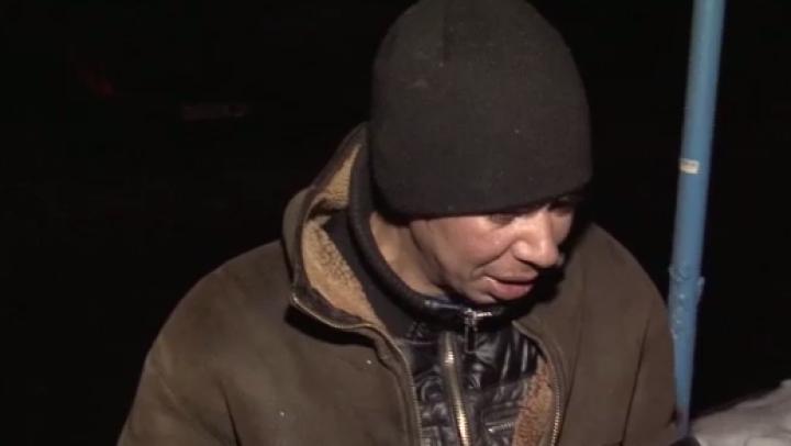 A fost deposedat de puţinul ce-l mai avea. Un om al străzii din Capitală, jefuit de romi (VIDEO)
