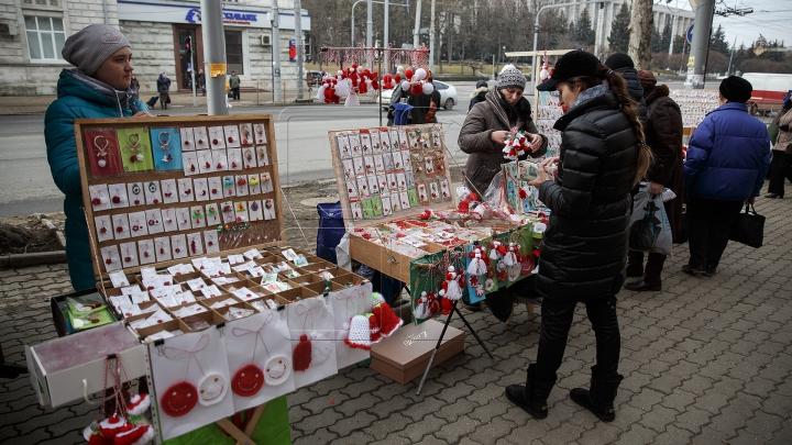 Vestitorii primăverii au împânzit Capitala. Moldovenii au respectat tradiţia şi şi-au împărţit mărţişoare (VIDEO)