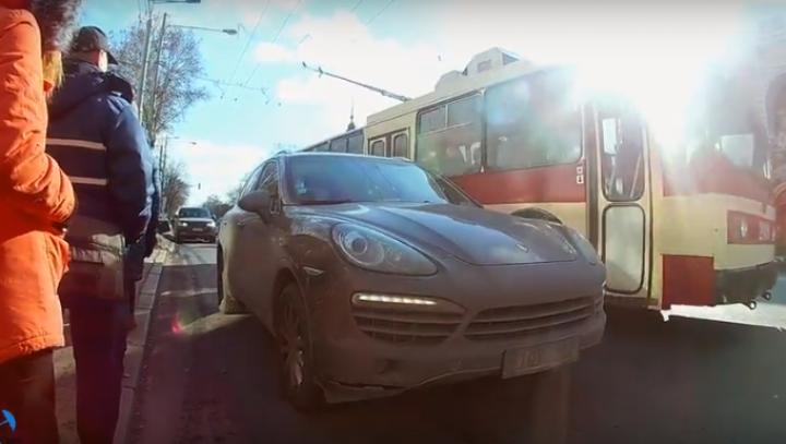 A oprit Porsche-ul în stația de troleibuz fără sa îi pese de nimic. FAPTA NESIMȚITĂ a fost filmată