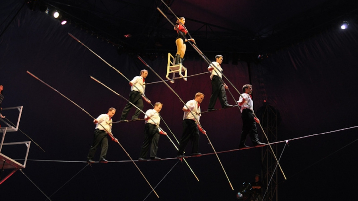 """EXERCIŢIU PERICULOS! Mai mulţi acrobaţi a fost răniţi în timpul unui număr de """"piramidă umană"""""""