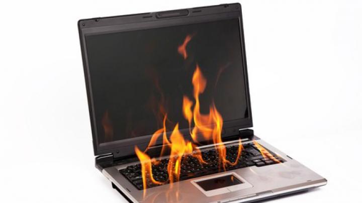 Avea laptopul la încărcat, când a fost curprins de flăcări. Câteva secunde mai târziu trei explozii au zguduit locuința (VIDEO)