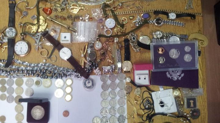 Monede de colecție, ceasuri și bijuterii, reținute la Vama Leușeni