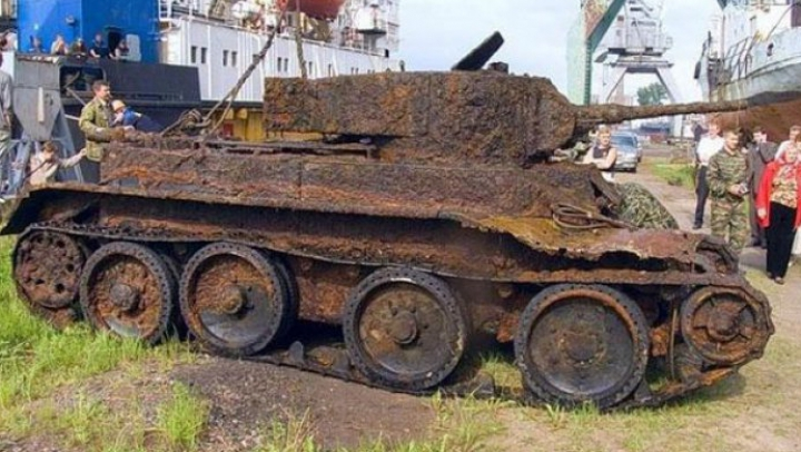 Au găsit un tanc îngropat în pădure. Când l-au deschis au rămas fără cuvinte. Ce era în el