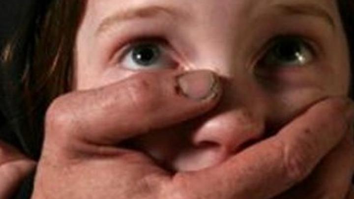 Un băiat de 7 ani a fost răpit de pe stradă şi mâncat de viu de un dependent de droguri