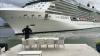 Una dintre cele mai mari şi mai luxoase nave de croazieră din lume, aproape de a intra într-o casă