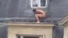 Amantul s-a ascuns gol pușcă sub fereastră ca să nu-l prindă soțul (VIDEO VIRAL)