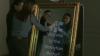 OGLINDA MAGICĂ care-ţi permite să faci poze şi îţi face complimente A AJUNS ŞI ÎN MOLOVA (VIDEO)