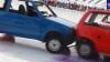 COMPETIŢIE CIUDATĂ: Un grup de oameni a jucat curling, folosind maşini în loc de pietre (VIDEO)