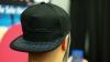 A apărut prima șapcă inteligentă care rezolvă cea mai mare problemă a utilizatorilor de smartphone