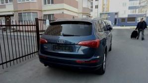 Automobil lăsat fără numere de înmatriculare. Ce au lăsat hoţii pe parbrizul maşinii (FOTO)