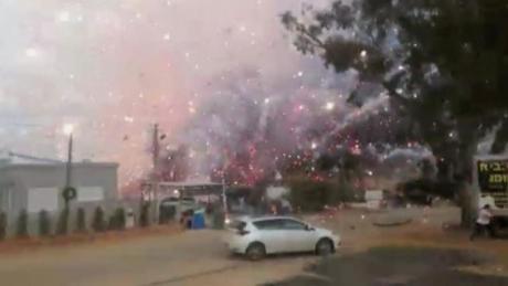 INCENDIU ÎN NEW DELHI. 17 oameni au murit după ce o fabrică de focuri de artificii a luat foc