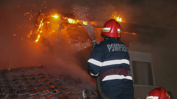 INCENDIU DEVASTATOR la Bacău! Peste 80 de pompieri luptă cu flăcările care au cuprins o fabrică de mezeluri