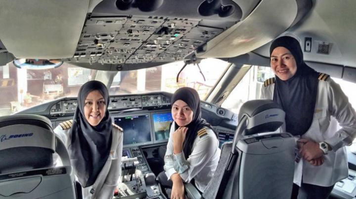 Cum arată echipajul FEMININ de zbor la arabi. Pasagerii, ULUIŢI de cine iese din cabina de pilotaj (FOTO)