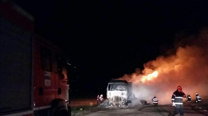 Un TIR încărcat cu zece tone de haine a ars ca o torţă (FOTO)