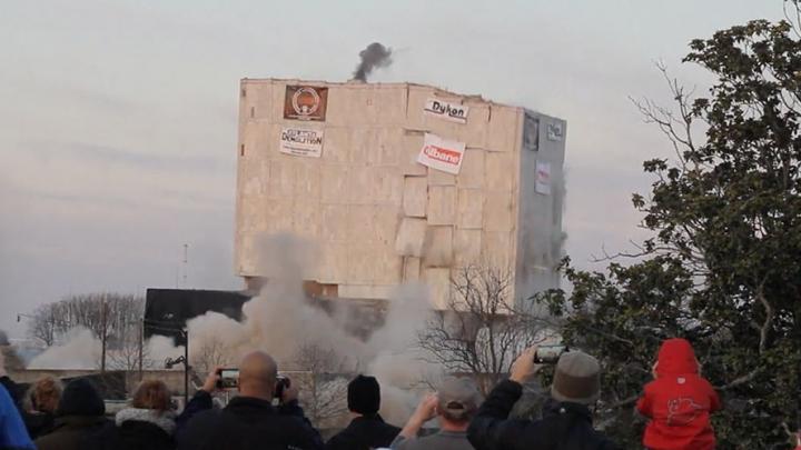 O clădire de 55.000 tone, aruncată în aer cu 226 kg de explozibil (VIDEO)