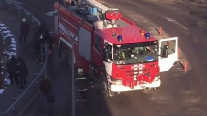 TRAGIC! O mașină de pompieri a SPULBERAT o stație de autobuz plină cu pasageri