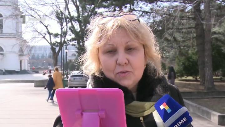 Oglindă, oglinjoară, cine-i cea mai frumoasă din ţară? Ce reacţie au avut femeile din Capitală (VIDEO)