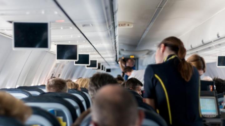 Un român a luat la bătaie o stewardesă pentru că a refuzat să-i mai dea băutură. Ce a urmat