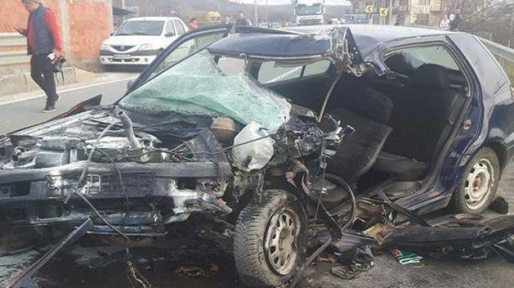 ACCIDENT GROAZNIC în România: Doi morți și cinci răniți în urma unei coliziuni frontale