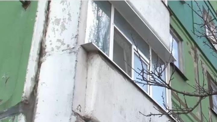 DESCOPERIRE MACABRĂ! O femeie a fost găsită spânzurată în balconul propriei locuințe
