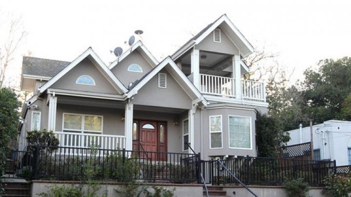 Proprietara unei case a decis să îşi vândă locuinţa şi să se ofere şi pe ea ca bonus (FOTO)
